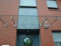 Haustürvordach, Glas liegt auf Edelstahlkonsolen