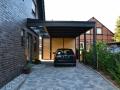 Carport als Flachdach mit nicht sichtbarem Gefälle mit Lichtband zum Hauseingang