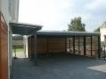Doppelcarport und Geräteschuppen mit Lichtband zum Haus als Flachdachkonstruktion