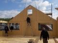 Einfamilienhaus in Holzrahmenbauweise/Montage der Giebelelemente