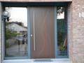 Holzhaustür mit geschlossenem Türblatt und zwei festverglasten Seitenelementen