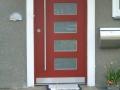 Holzhaustür mit rechteckigen Lichtausschnitten