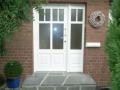 Meranti Haustür mit profilierter Pfostenverstärkung und Seitenelement