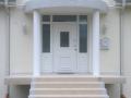 Holzhaustür mit zwei feststehenden Seitenelementen und festverglastem Oberlicht