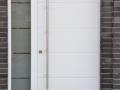 Holzhaustür mit Querrillen, festverglastes Seitenelement