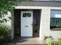 Holzhaustür in weiß mit festverglasten Seitenelementen im naturfarbton
