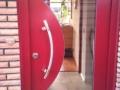 Holzhaustür mit gebogenem Lichtausschnitt