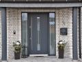 Holz Haustür mit zwei festen Seitenelementen mit Fingerprinter