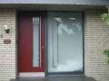 Holz Haustür mit länglichem Lichtausschnitt und festverglastem Seitenelement