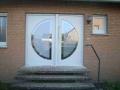 Holzhaustür mit festverglastem Seitenelement, Lichtausschnitt mit Stichbogen