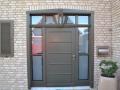 Holzhaustür mit festverglasten Seitenelementen und Oberlicht
