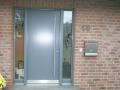 Holzhaustür mit einem geschlossenen Türblatt mit zwei festverglasten Seitenelementen