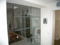 Ganz-Glas-Schiebetür als Raumteiler