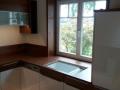 Küche mit Weißlackfronten kombiniert mit HPL Dekor