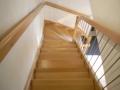 Buche-Massiv Treppe auf Bozen gelagert; Stufen auswechselbar. Buchengeländer mit Edelstahl-Rundstäben