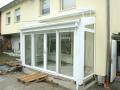 Holz/Alu-Wintergarten mit Dachfenster, Dachbeschattung und Frontbeschattung als Raffstoreanlage